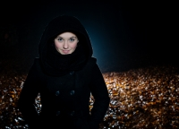 junge Frau mit Kaputzenmantel.jpg