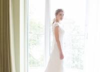 Braut vor dem Hotelfenster.jpg