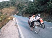 vietnamesiches Schulkinder auf dem Fahrrad.jpg