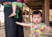 vietnamesisches Kind im Bergdorf.jpg