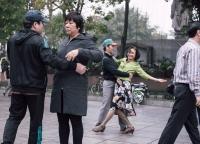 Tanzen am fruehen Morgen in Hanoi.jpg