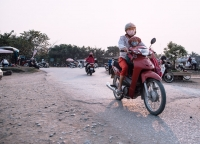 Vietnamesische Mutter mit Kind auf dem Roller.jpg