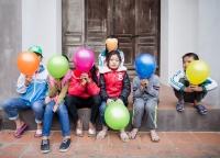 Kinder mit bunten Luftballons.jpg