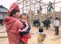 Mutter mit Kind in Nordvietnam.jpg